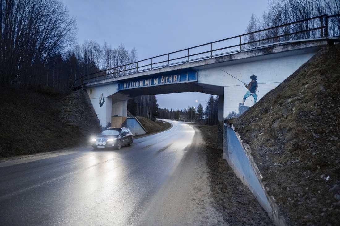 """""""Välkommen åter"""" står det på vägbron över E45:an strax innan man lämnar Dorotea."""