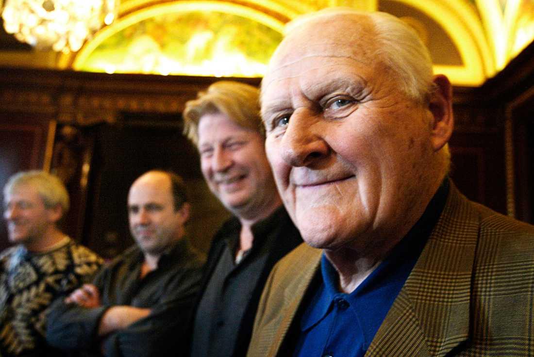 Peter Vaughan under en presskonferens i Stockholm tillsammans med bland annat Rolf Lassgård.