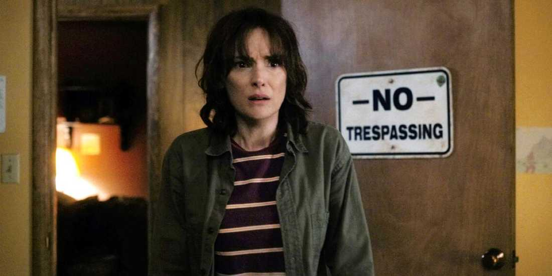 """Winona Ryder spelar en kvinna vars son försvinner under mystiska omständigheter i """"Stranger things""""."""