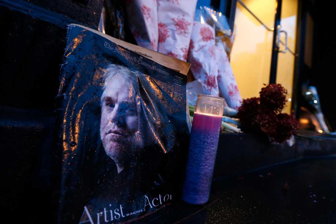 Tända ljus och blommor utanför avlidne skådespelaren Philip Seymour Hoffmans lägenhet i New York. Han dog av en misstänkt överdos.