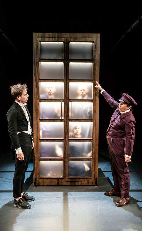 """""""Vad är pengar?"""" på Dramaten.Foto: sören vilks"""