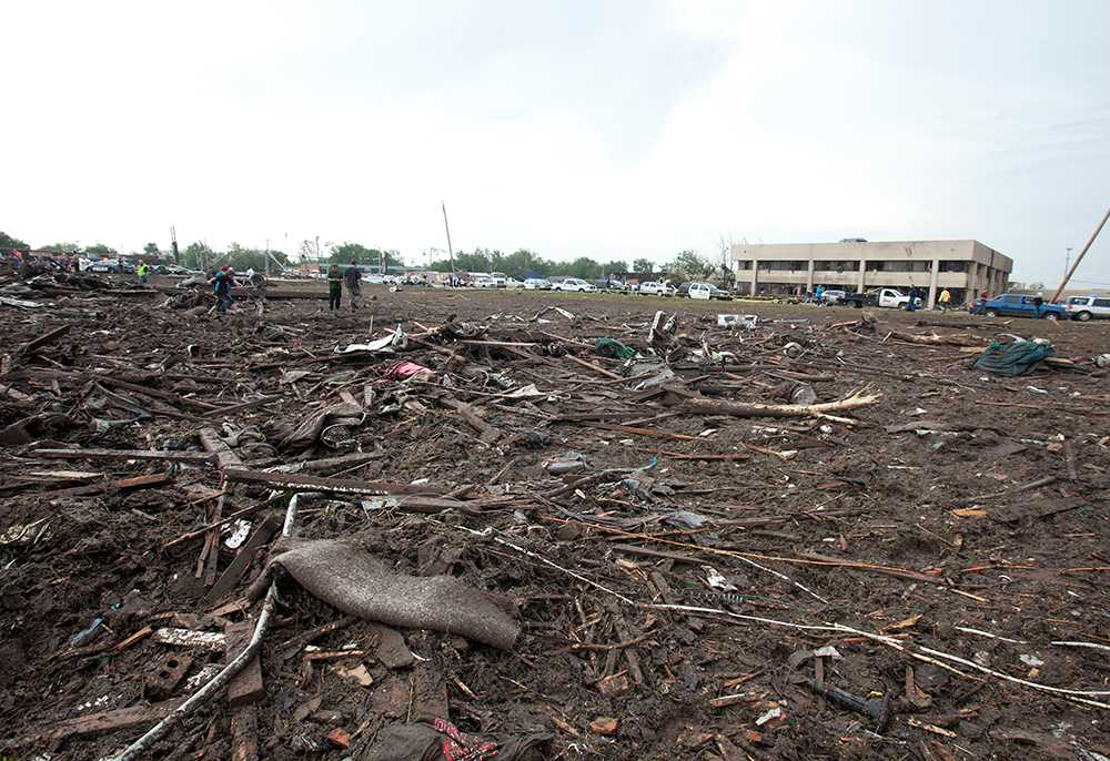 Marken täckt av delar av träd och rester av byggnader