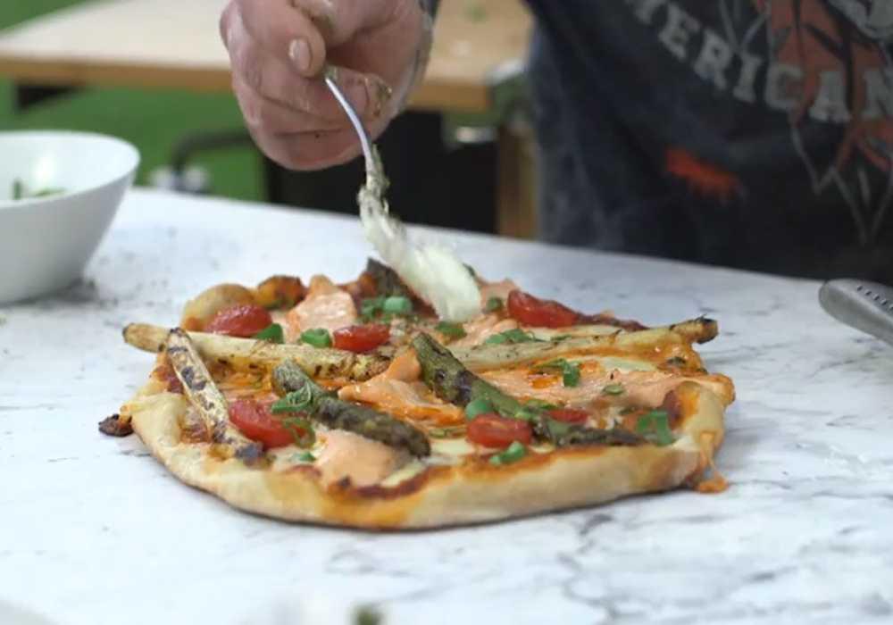 Så här grillar du en laxpizza