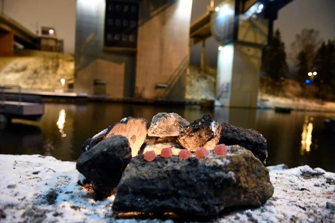Tända ljus och fem gelehjärtan vid Södertäljebron på söndagskvällen.