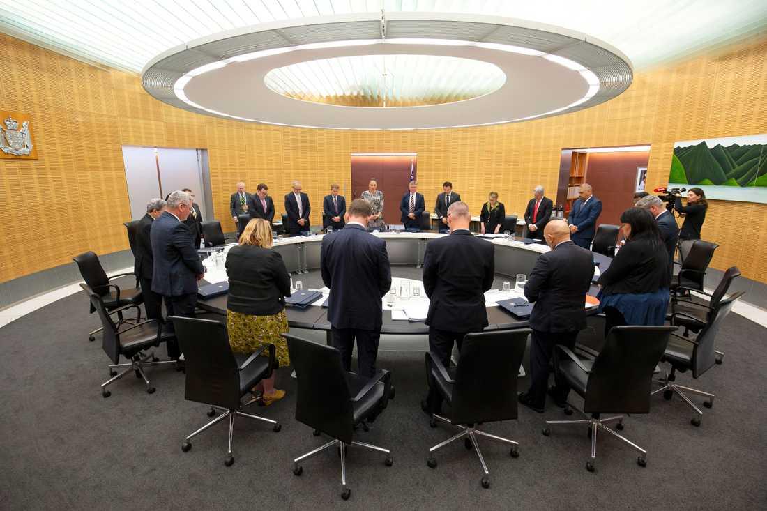 Nya Zeelands premiärminister Jacinda Ardern och hennes regering under den tysta minut som hölls i landet under måndagen till minne av offren för vulkanutbrottet på White Island.