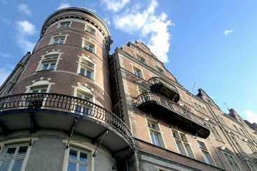 Balkong på 14 Meter Lyxlägenheten på Bellmansgatan är som hittad för dig som har 18,5 miljoner kronor över. Då får du sju rum, sjöutsikt och en 14 meter lång balkong på köpet.