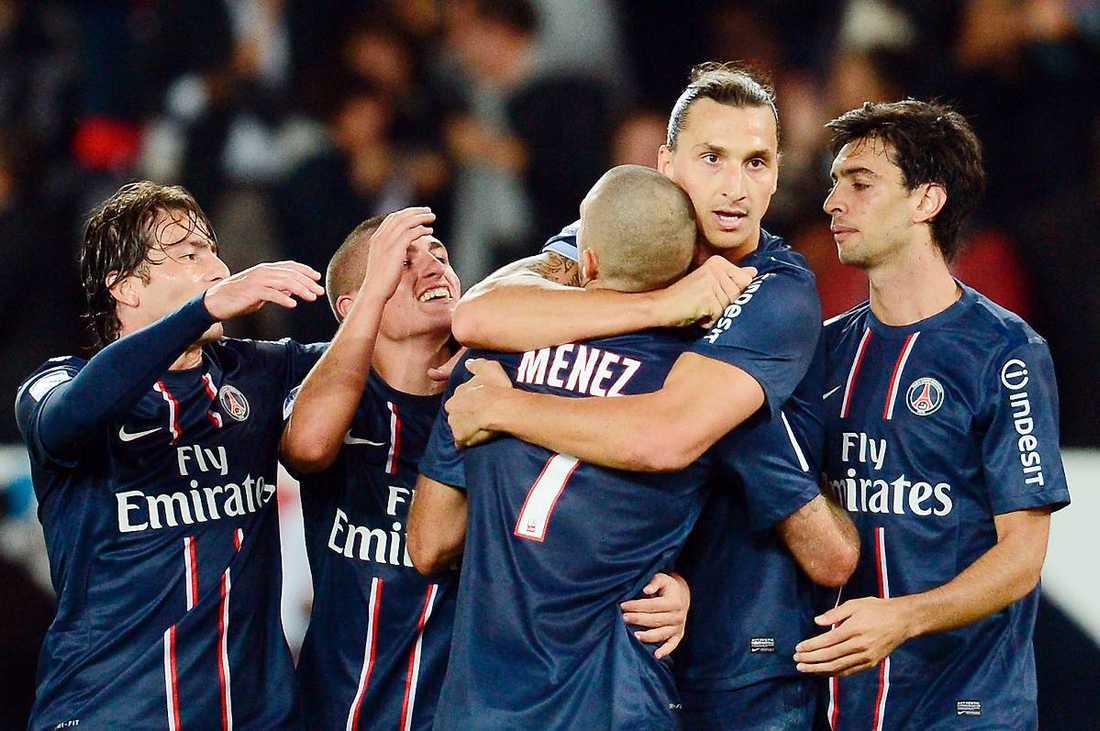 Zlatan Ibrahimovic kramas om efter gårdagens 2–0-mål mot Toulouse. Nu närmar sig PSG toppen av Ligue 1 och på tisdag väntar CL-premiären.