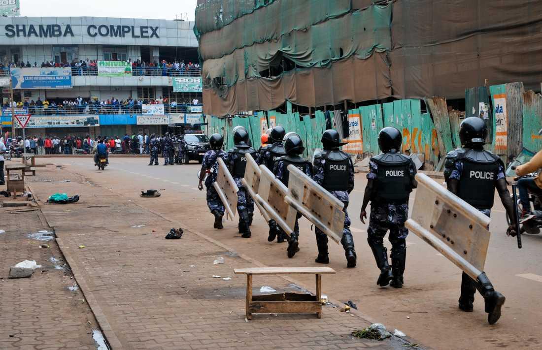 Särskilda polisstyrkor kallades in för att stoppa anhängare till popstjärnan och oppositionspolitikern Bobi Wine. De protesterade mot att han inte tilläts resa till USA för att söka vård för skador han ska ha fått då han hållits fången av regimen. Bilden är från augusti 2018.