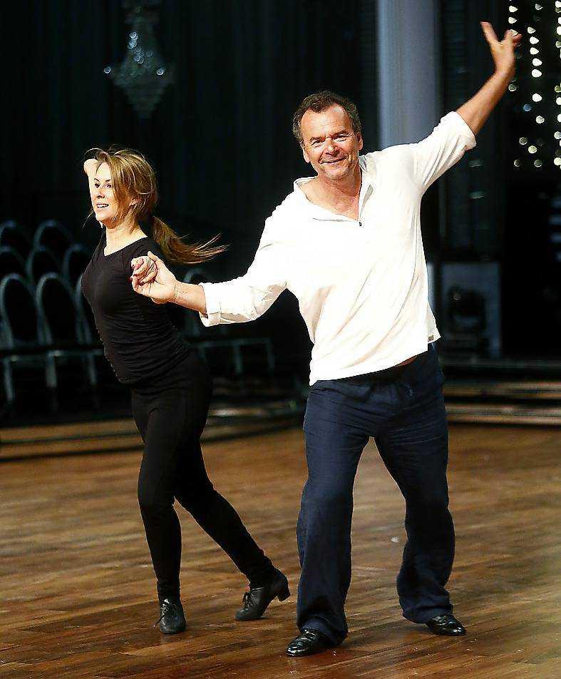 Steffo Törnquist och Cecilia Ehrling tränar jive.