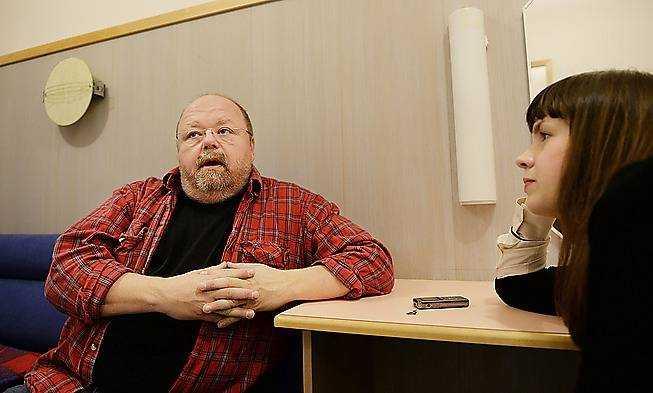 """14.55 Efter några ynka timmars sömn tar sig Kalle Moraeus, 51, till SVT-huset i Stockholm. Strax före klockan tre på eftermiddagen har han slängt i sig en snabb lunch och slår sig ner i tio minuter innan han ska repa med orkester, läsa in manus, byta om, och pudra näsan. - Det är för lite tid, och så vaknade jag med lite lätt feber och var hes. Det kokar i kroppen. Med andra ord, det är fruktansvärt roligt och som en vanlig inspelning med """"Så ska det låta"""", säger han. Det är andra året som Moraeus är kapten för SVT:s långkörare, och han tror att den här omgången kommer att bli ännu bättre. - Det här året blir det nog mer uppsluppet och lättare än förra, det kan ju bero på mig och att jag känner att jag landat mer i rollen.  Kalle Moraeus spelar under hösten in två avsnitt om dagen, i tre dagar i rad. Därefter är han ledig i två dagar. Nu har han kommit till det nionde programmet, och minns inte mycket av vad han gjort eller hört under de tidigare inspelningarna. - Det är ett jävla tempo. Efteråt kommer man inte ihåg någon artist. Jag kommer inte ihåg någon låt som någon har gjort. Hårddisken blir full."""
