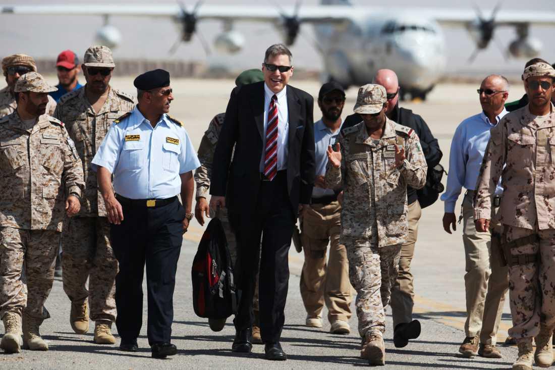 De diplomatiska ansträngningarna är i full gång inför planerade fredssamtal om det grymma kriget i Jemen. Här anländer USA:s ambassadör Matthew Tueller till ett möte i Mukalla i Jemen häromdagen.