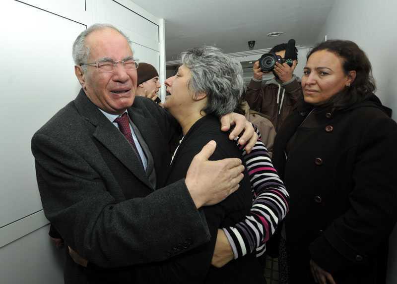 Människorättsaktivisten Mokhtar Trifi och Chokri Belaids änka Basma sörjer efter mordet.