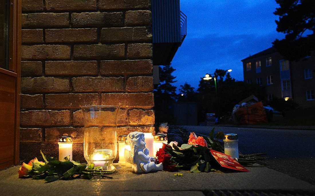 Lappen sattes upp – och togs ner 1 september dödades den 13-åriga flickan i Täby. Enligt uppgifter så ska hon ha slagits ihjäl med en hammare – för att hon störde.