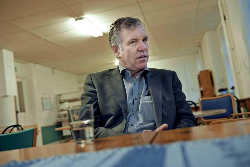 Jim Hoppe är dömd för bokföringsbrott och borde därför aldrig ha kunnat få ett kontrakt med Migrationsverket. Ändå tjänar han 74 000 kronor varje dag på sitt asylboende.