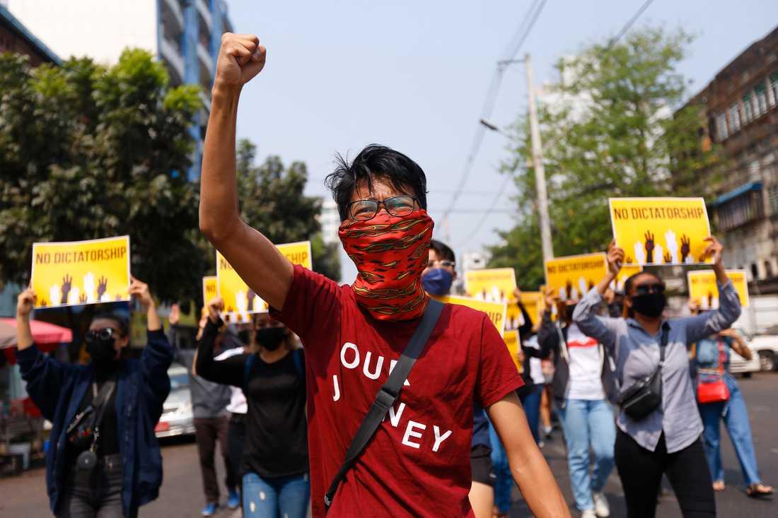 Demonstranter protesterar mot militärjuntan Myanmar. Arkivbild.