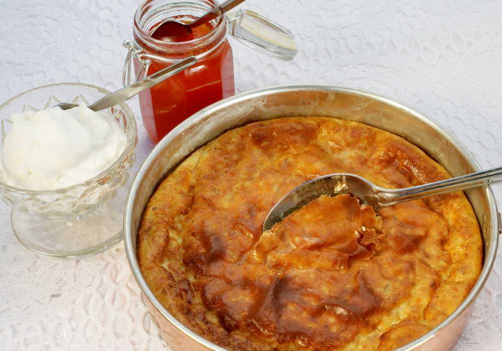 Småländsk ostkaka – servera med grädde och sylt.