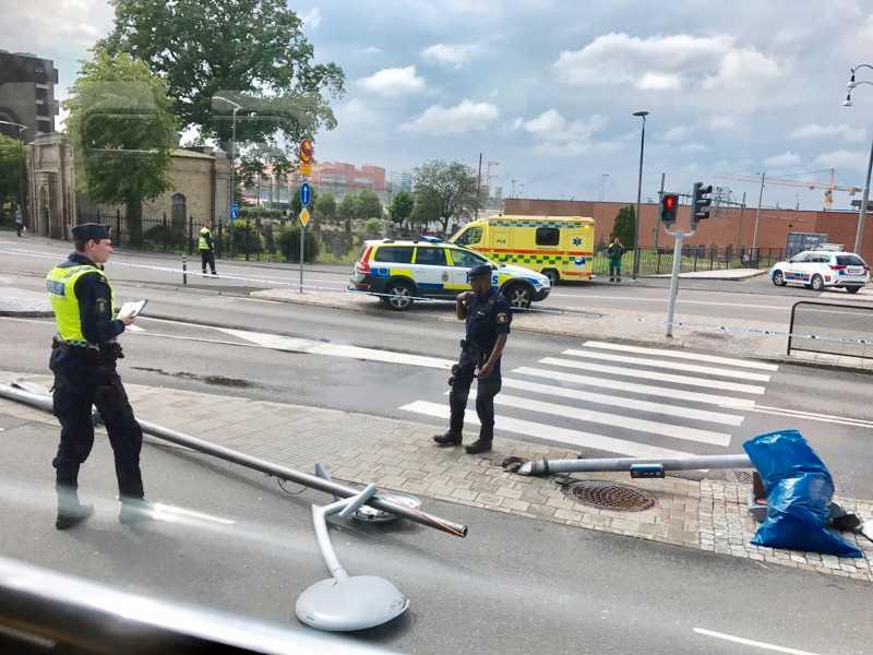 En lastbil körde på en lyktstolpe vid Stampen i Göteborg på tisdagen.