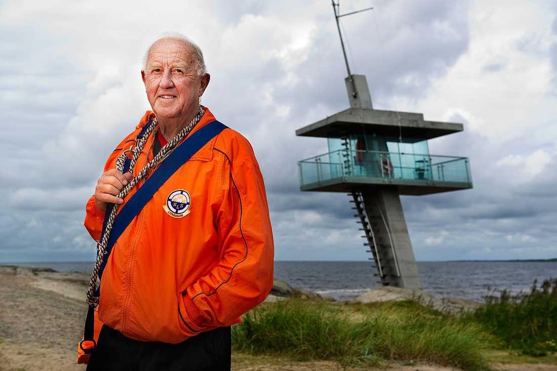 """PÅ VAKT MOT HAVET  """"Här är mitt liv"""", säger Leif Karlborg, 80. I över 50 år har han räddat liv på Tylösand och lär fortfarande upp nya livräddare. Nu är det sällsynt att någon drunknar här. Tack vare Leif och hans livräddarskola."""