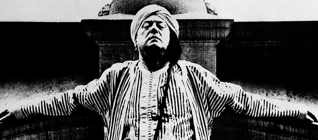 Aleister Crowley (1875–1947) i en av sina karaktäristiska magiska rockar 1934.