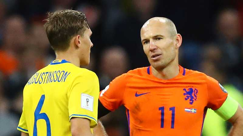 Augustinsson och Robben efter slutsignalen.