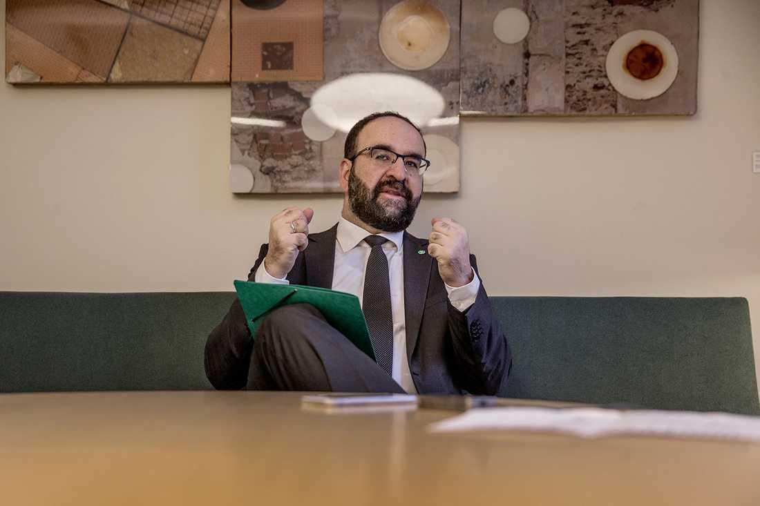 Bostadsminister Mehmet Kaplan (MP) har bjudit in Allianspartierna och Vänsterpartiet för att tillsammans lösa bostadskrisen.