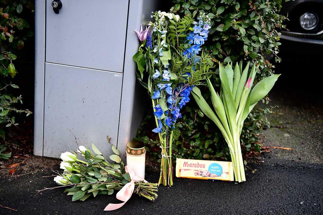 En ängel och blommor har lämnats utanför familjen hem i Bjärred.
