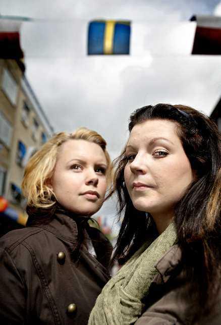 Flygblad Nina Eriksson, 18, och Loiuse Erixon, 17, hjälper Sverigedemokraterna dela ut flygblad utanför skolor i Gävle.