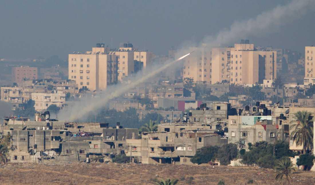 En raket avlossas från Gaza mot södra Israel.
