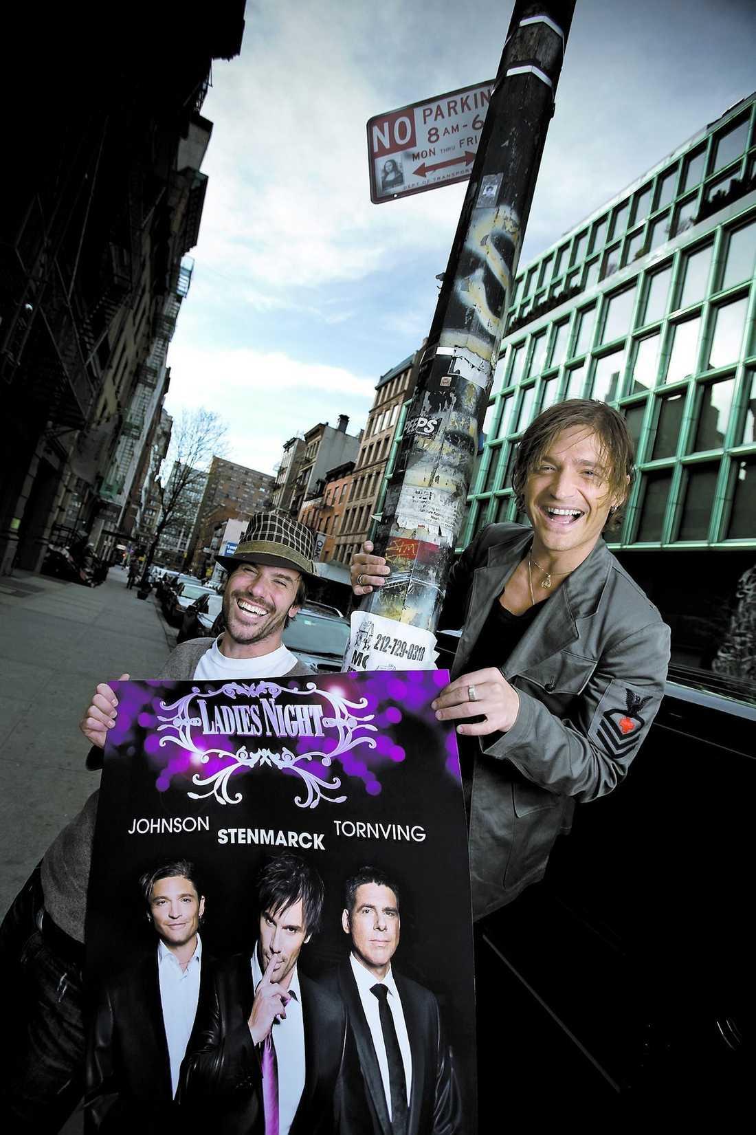 """Martin Stenmarck och Andreas Johnson är i New York och passar på att klistra upp """"Ladies night""""-affischer. Och på postern avslöjas det vem den nye medlemmen är: komikern Mikael Tornving."""