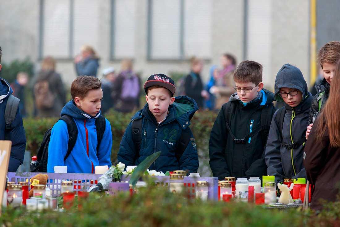 Sorg utanför Joseph-König Gymnasium i Haltern am See, Tyskland sedan 16 elever på skolan mist livet när Germanwings flight 4u 9525 störtade i Franska alperna. ,Flyget var på väg från Barcelona  till Düsseldorf.