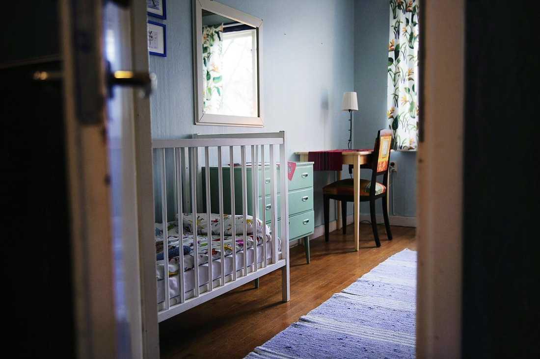Enkelt men funktionellt. I det här rummet har hundratals kvinnor och barn bott. En del i några månader, andra längre. Det skyddade boendet har sammanlagt sex sovrum och det finns plats för uppemot 20 kvinnor samtidigt.