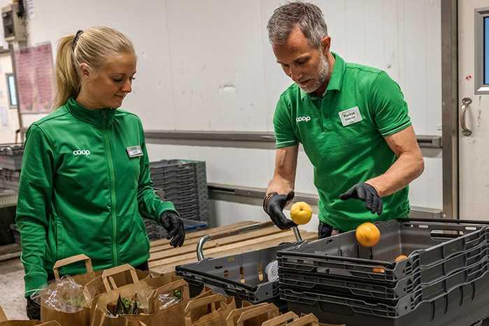 """TIDSINVESTERING. På Stora Coop i Visby har personalen en nollvision för matsvinnet – bland annat sorterar de ut och märker om frukt för hand. """"Det är inget snack om att det är tidskrävande att undvika svinn"""", säger butikschefen Markus Wahlgren."""