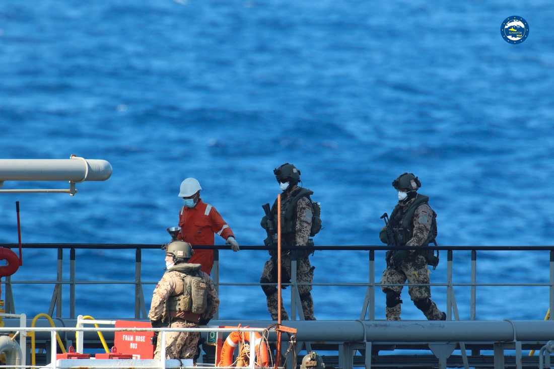 Soldater från EU-styrkan Irini vid bordningen av ett annat fartyg, i september.