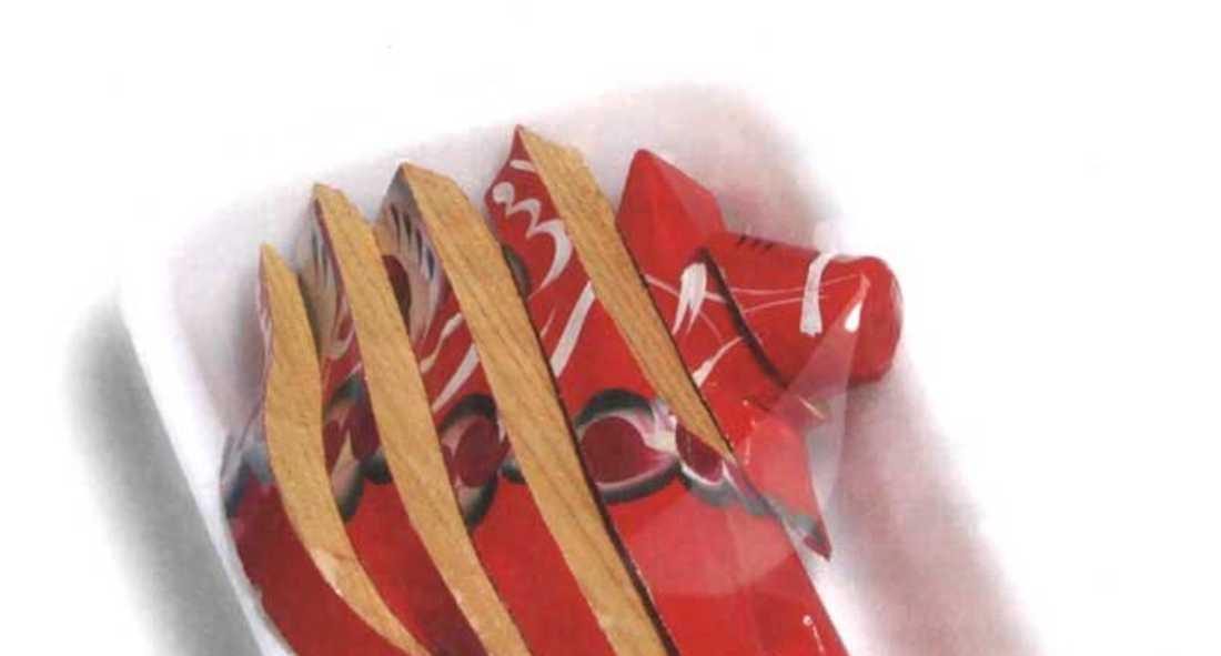 Peter Johanssons konstverk med de vakuumförpackade och skivade dalahästarna visar att allt har sitt bäst före-datum. Även nationalsymboler.