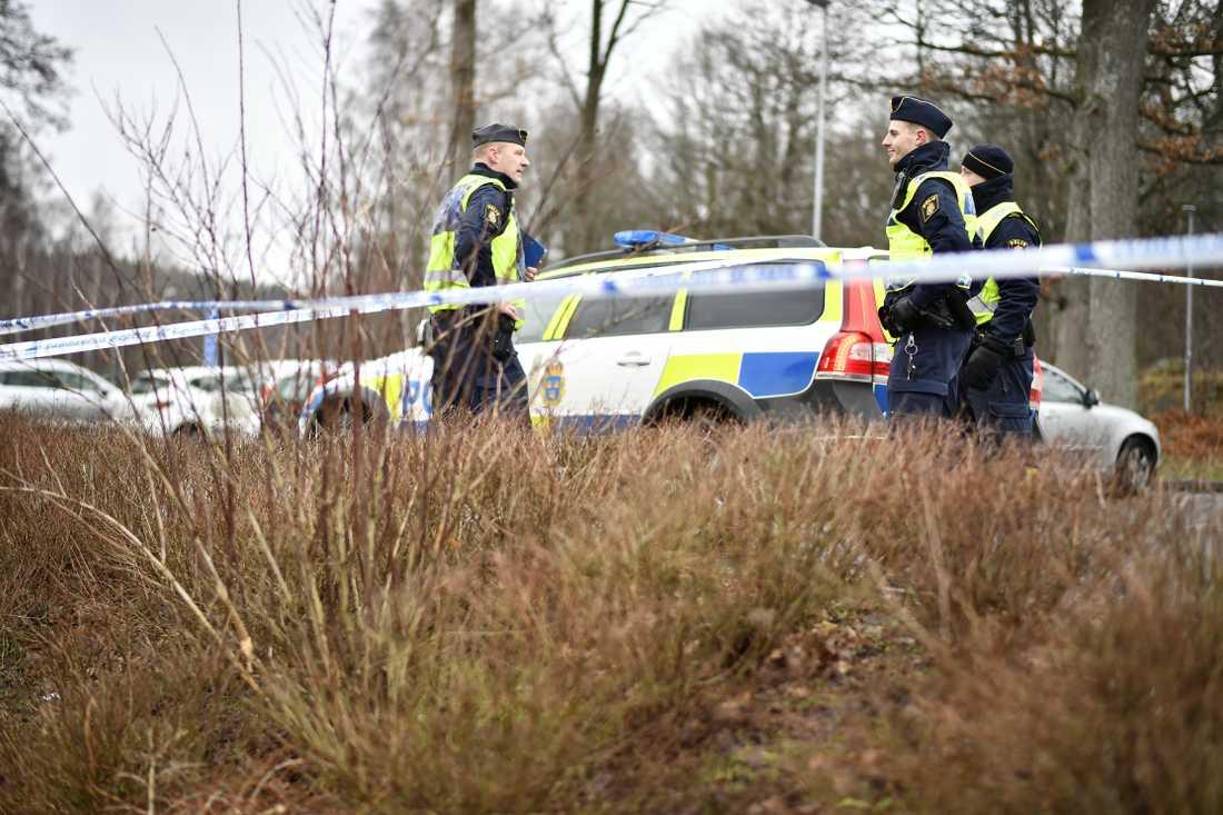 En kvinnan fördes till sjukhus med stickskador på kroppen. Två män har gripits i närheten.