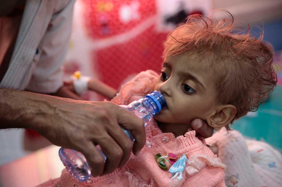 Den här lilla undernärda flickan i Jemen är en av 14 miljoner människor i landet som riskerar att dö i svält.