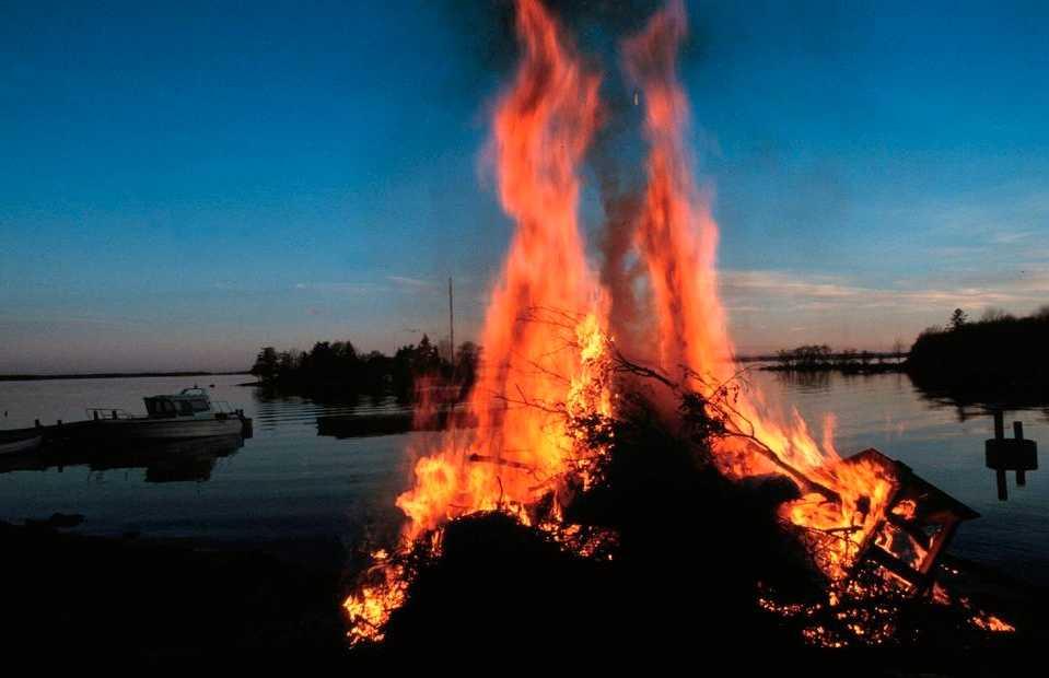 Majbrasa Vet du varför man firar Valborg?