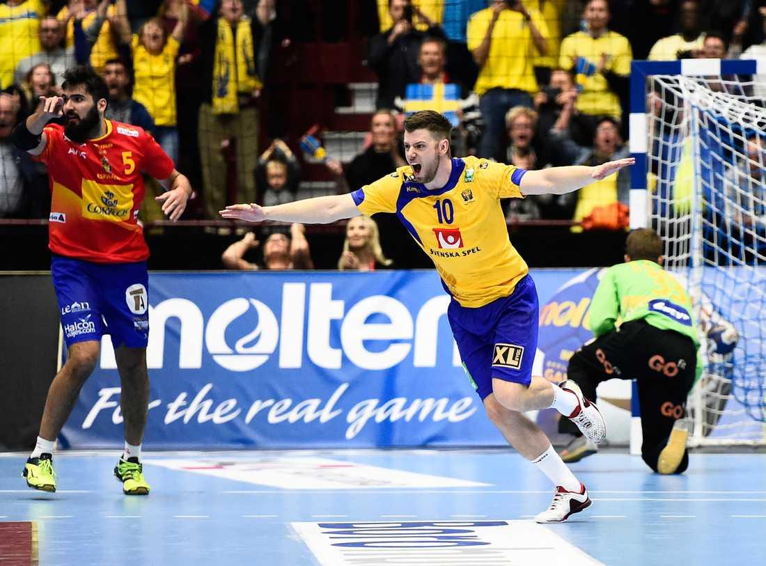 Sveriges Niclas Ekberg jublar efter att han satt straffen i slutet på söndagens OS-kvalmatch som tog Sverige till OS i Rio.