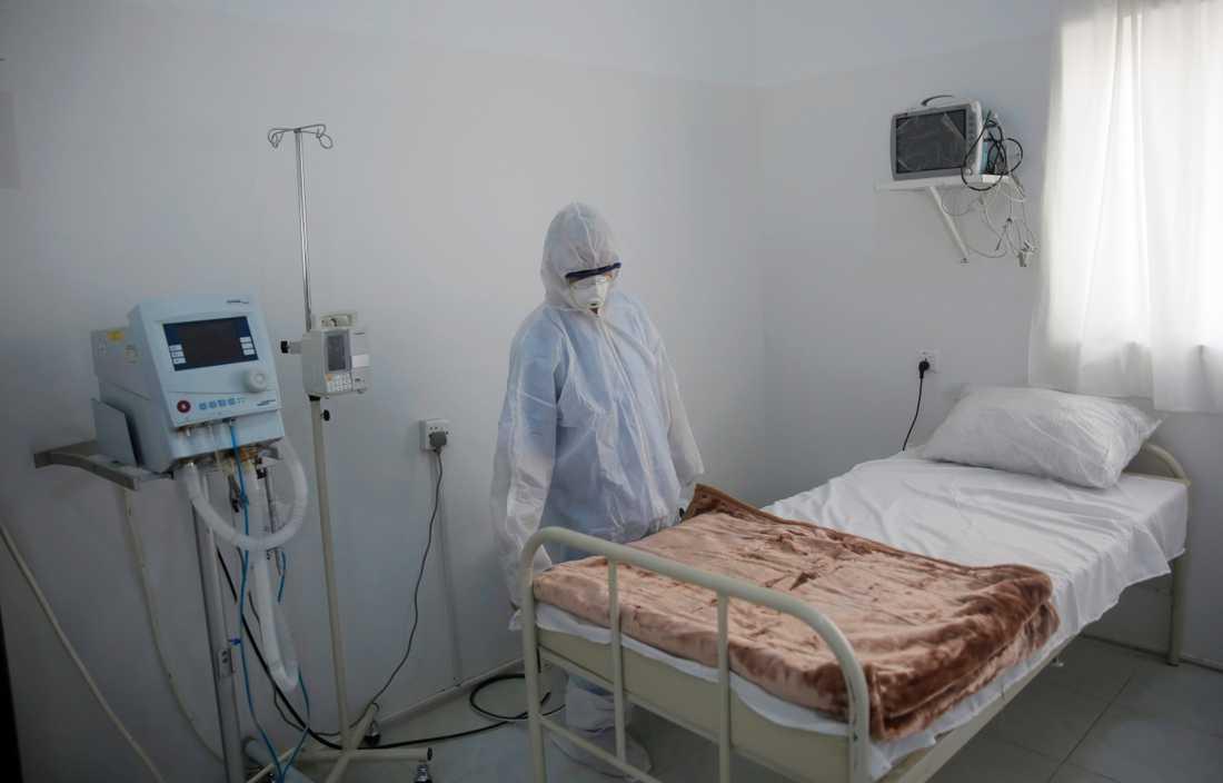 En sjukvårdsarbetare iordningställer ett rum tänkt att användas som karantän för coronavirussmittade vid ett sjukhus i Jemens huvudstad Sanaa. Arkivbild.
