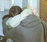 Heléns mamma och syster kramar om varandra utanför rättssalen.