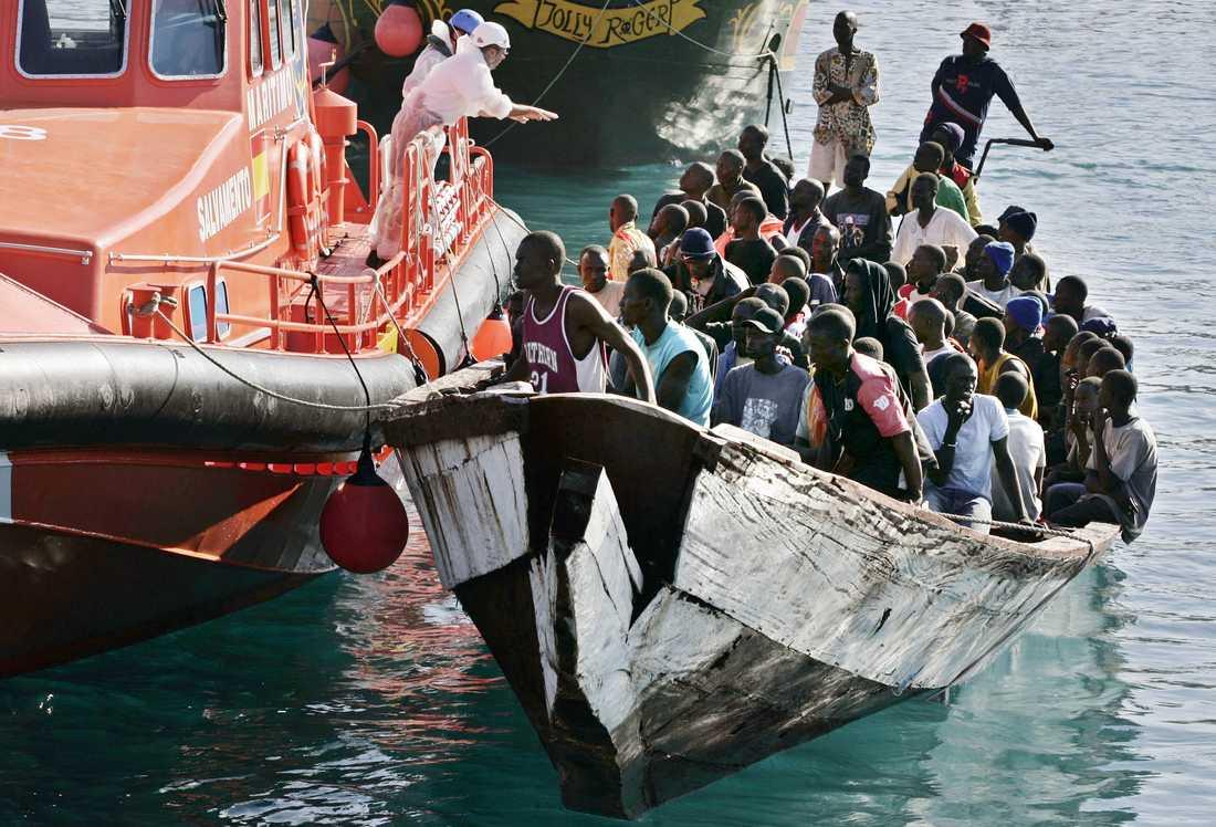 En båt med migranter från Västafrika anländer till Teneriffa 2006. Rutten över Atlanten har blivit allt mer populär efter att myndigheter stramat åt Medelhavsrutten. Arkivbild.