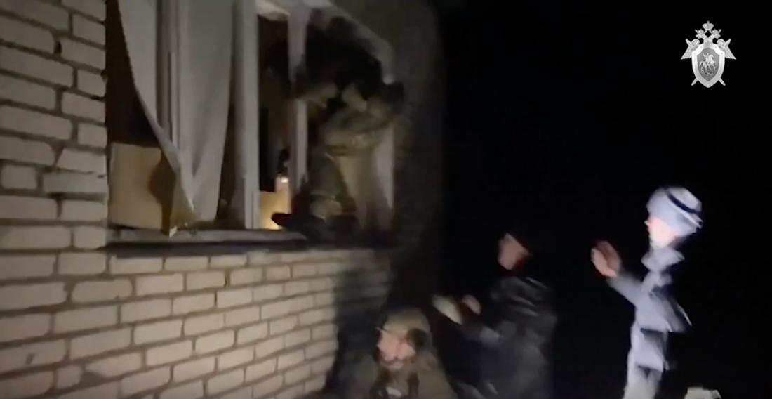 Rysk polis tar sig in i huset där pojken hölls fången.