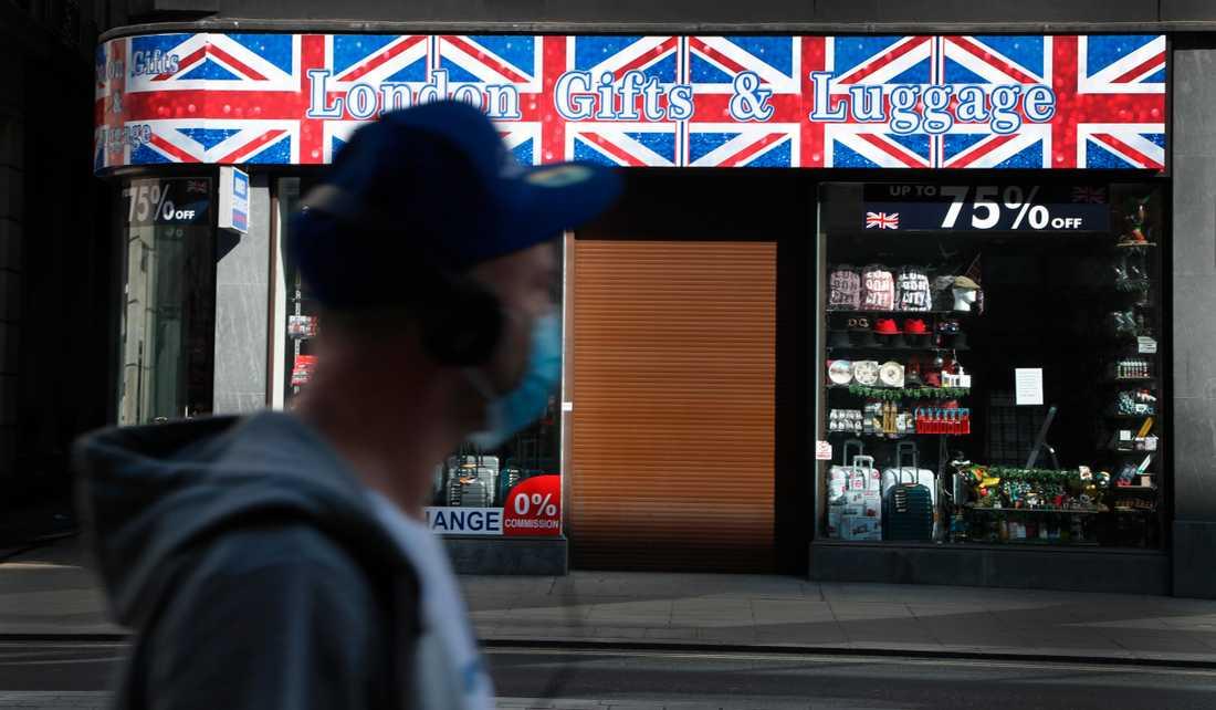 Storbritannien väntas förlänga karantänsåtgärderna. På bilden en folktom gata i London.