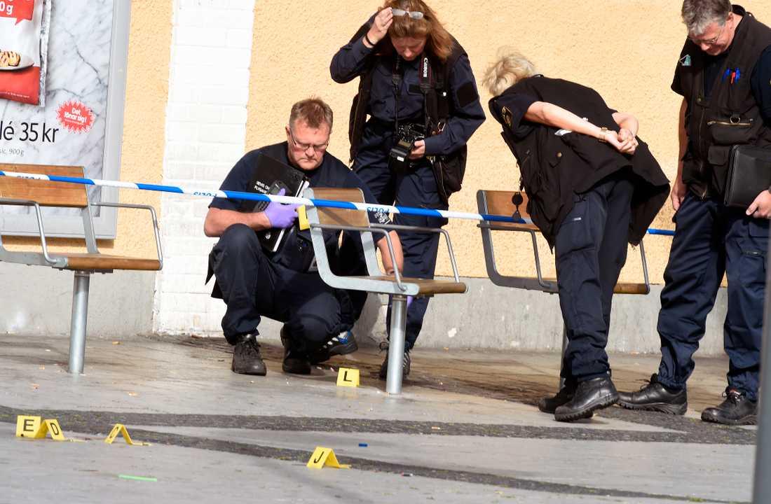 En person sköts till döds på Rinkeby torg.