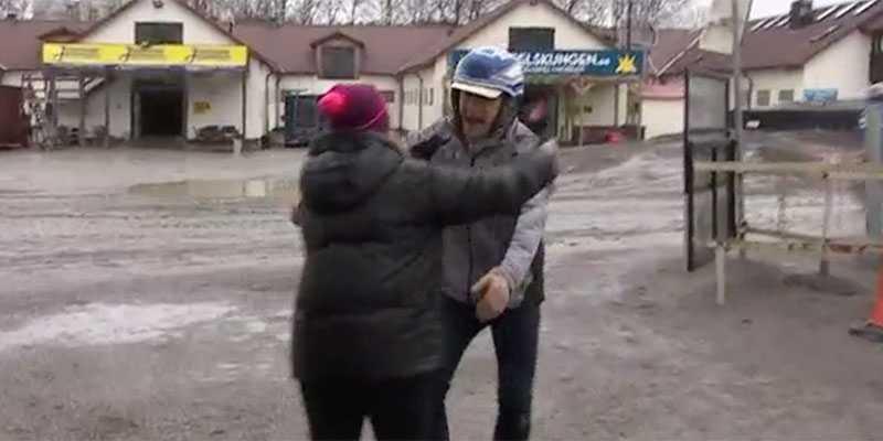 Här bjuder Per Skoglund tv-reportern Kajsa Gustafsson på en bamsekram i direktsänd tv.