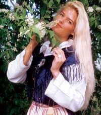 Då. 1993 gör Victoria sitt allra första modelljobb och poserar i Bollnäsdräkt.