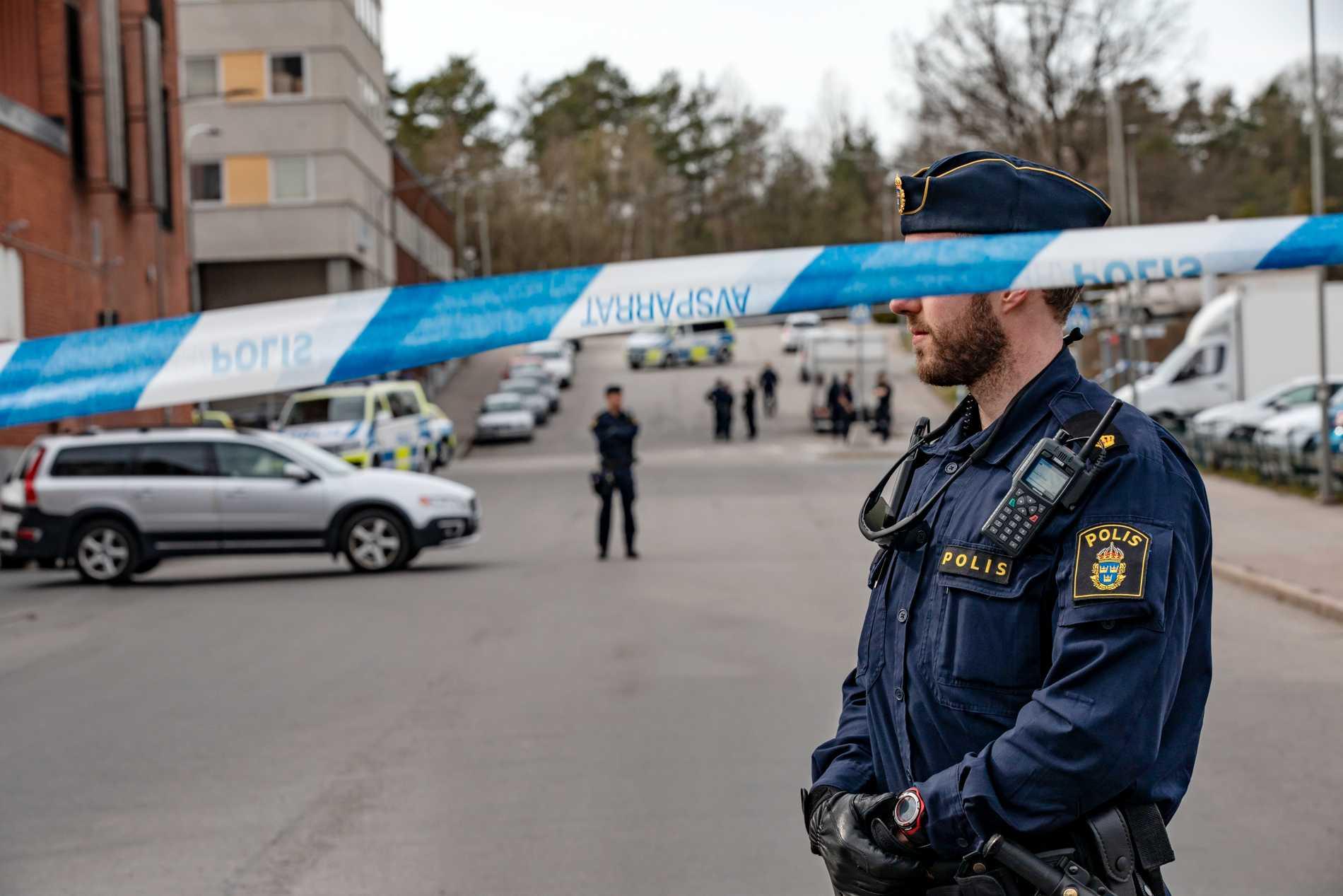 Polisens avspärrningar på platsen i Vällingby på tisdagen.