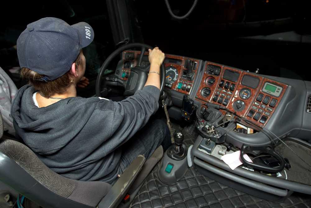 """Tidigare DHL-chauffören Joakim berättar om företagets oömma behandling av privatpersoners ömtåliga paket. Folk tänkte 'det är ändå inte mina grejer. Jag bryr mig inte'""""."""