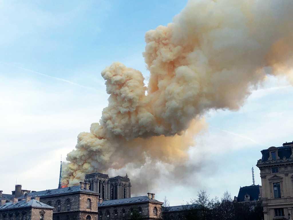 En stor brand har brutit ut i Notre Dame-katedralen i Paris.