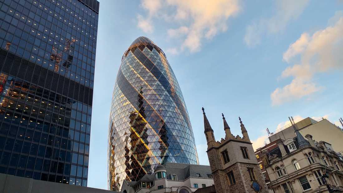 The Gherkin, gurkan, kallas denna byggnad i London.